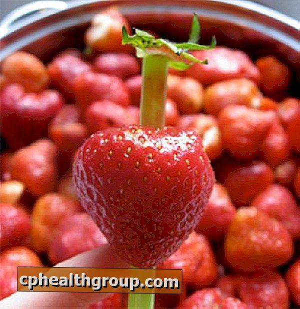 Hvordan fjerne hjertet av en jordbær med et plaststrå